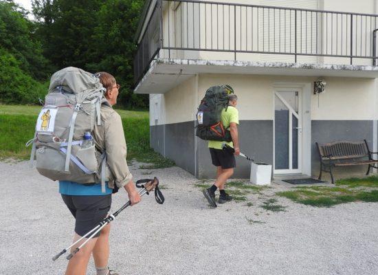 pélerins belges sur la Via Francigena arrivant au gite