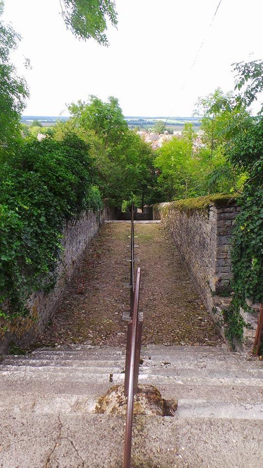 Les escaliers du château permettant de se rendre dans le village