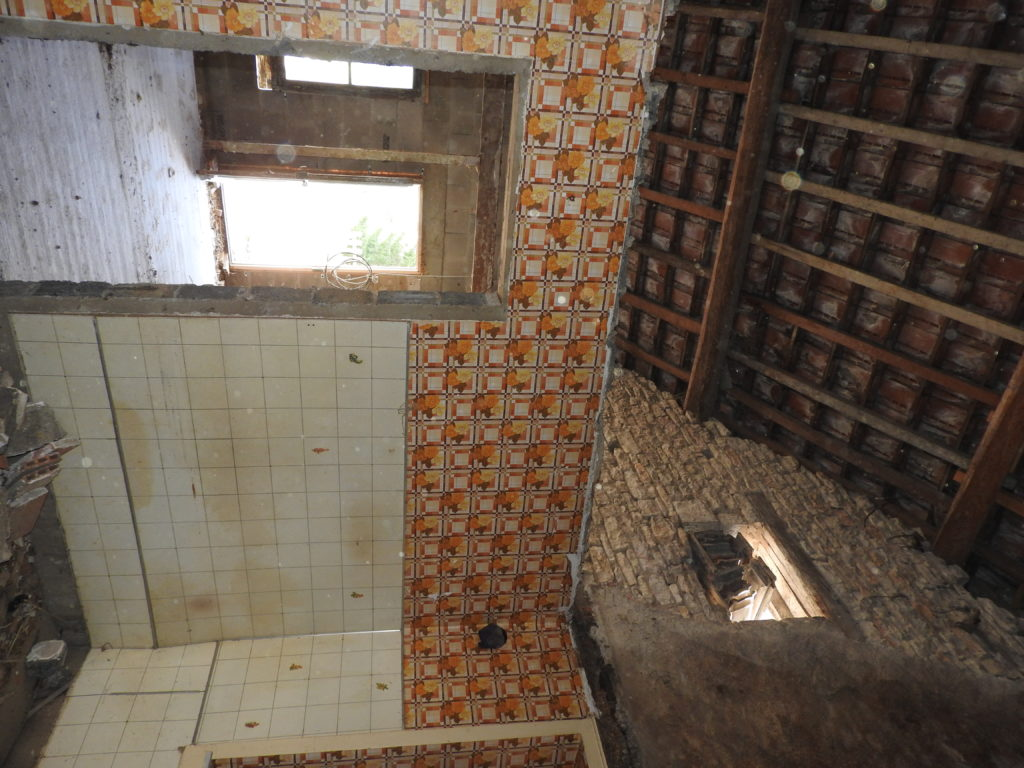 l'intérieur du logement et la toiture